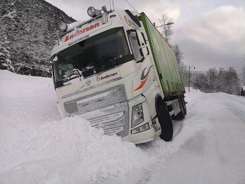 I GRØFTA: En lastebil havnet i grøfta mandag morgen.