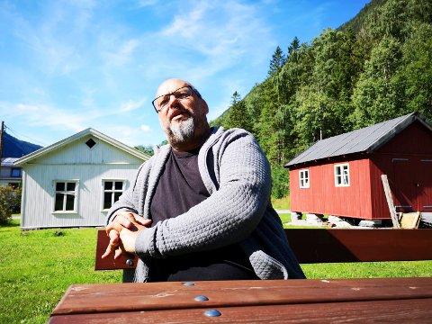 FORTELLER: Lokalhistoriker Tor Dale Svendsen deler i dagens RA en spennende historie om to kister fra Tinn.