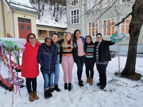 Her er noen av elevene på Voksenopplæringen da de arrangerte julemarked i fjor: F. v.: Somhpon Rotlid, Almaz Tesfay, lærer Turid Re Bjørnerud, Emily Opedal, Pornsirin, Janett Henriksen og Stephanie Lord Marcussen.