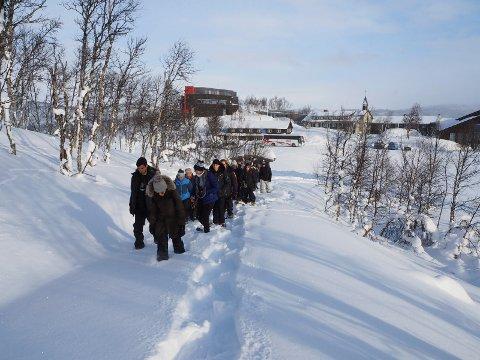 VISITORS: Nylig besøkte 28 utenlandske studenter det som nå heter Visitor Centre Hardangervidda National Park - Skinnarbu. Her er de på trugetur.