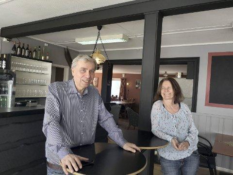 HÅPER DET GÅR OVER: Asbjørn Sauro og Kitty Larsen savner kundene sine, men håper livet kan bli mer normalt om ikke for lenge.