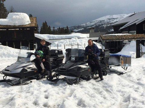 PÅSKE: Tor og Odd Eyvind Nicolaysen på Rjukan Fjellstue savner gjestene sine. Her er de klare til å kjøre inn til Helberghytta med proviant.