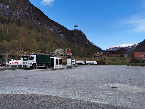 GOD PLASS: På denne plassen, bak pumpene der tankbilen står, skal det merkes opp til bobiler.