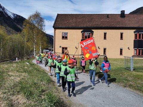 ELDRES HUS: Førsteklasse fra Rjukan barneskole gikk i 17. mai-tog forbi eldres hus.