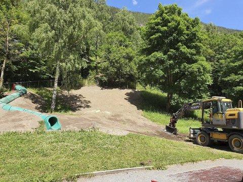 Akebakken: Teknisk har flyttet akesklia over ti meter, og gravd den ned i bakken. Tidligere lå sklia på andre siden av bjørka. Dette var startskuddet på en mer omfattende utbedring av Rjukan barneskoles utearealer.