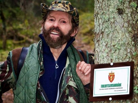 HEDRES: Sverre M. Fjelstad er her avbildet i sin barndomsskog på Dølerud i 2015. Foto: Per Erik Fjeld