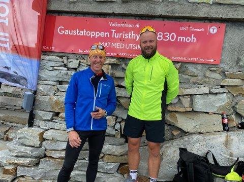 FORNØYD: Salgssjef i VisitRjukan, Håvard Kleven, sammen med skilegenden, Gunde Svan, på Telemarks høyeste fjell. (Foto: privat).