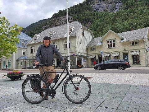 RJUKAN TORG: Dietmar Barbatschi her på Rjukan torg. Bagasjen ligger igjen på gjestehuset, så det er en befrielse å sykle med lett sykkel i noen dager.