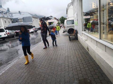 TROSSET REGNET: Det er fortsatt turister i Rjukans gater selv om det kommer litt regn.