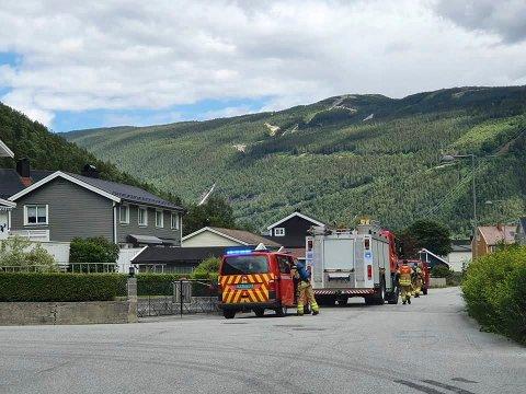 Tinn brannvesen tok ingen sjanser og utløste full alarm.  Det viste seg at det var røyk uten ild.