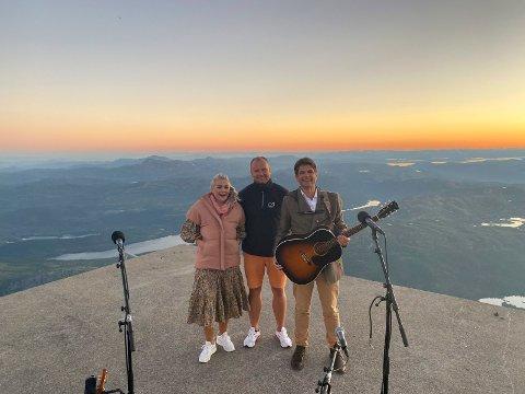 OPPLEVELSE: Maria Haukaas Mittet, Håvard Kleven og Lars Bremnes i solnedgang fra Gaustatoppen sist lørdag.