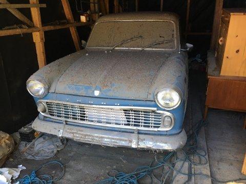 UTE ETTER 33 ÅR: Petter Urdalens Ford Taunus Super 12M slik den så ut da garasjedøra var åpnet.