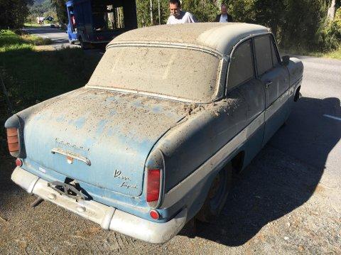 FÅR EN VASK: Etter at støvet er fjernet skal bilen få beholde sin patina, etter en vask og polering.