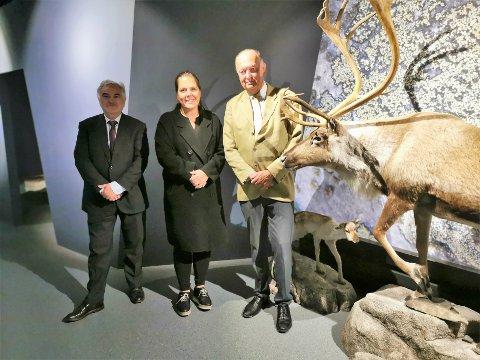 FINT BESØK: Tysklands ambassadør Alfred Grannas og stortingsrepresentant Lene Westgaard-Halle (H) besøkte Villreinsenteret tidligere i år, og fikk en omvisning på Villreinsenteret av Per Lykke.