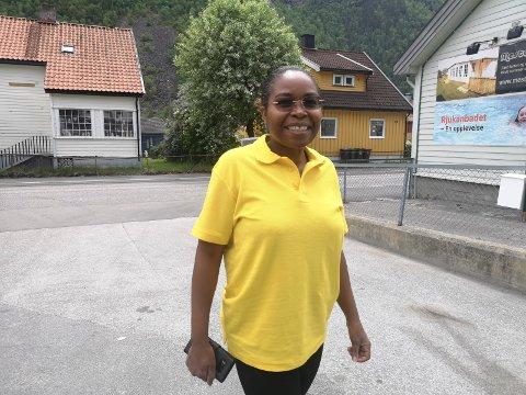 BRA TRAFIKK: Esther Mbogo, daglig leder på Tveitobilistsenter, registrerte omsetninsgøkning på grunn av sommer trafikken (arkiv)