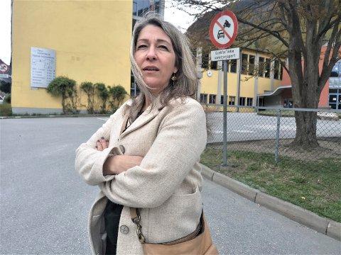 KOSTNADER: Christine Kollenberg, kommunalsjef for oppvekst og kultur, viser til kostnadene ved skoleskyss.