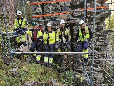 BEVARER: Her er arbeidslaget som jobber med å bevare ruinen: F. v.:Håvard Midtbøen fra Bilfinger, Leif Ek fra Hydro Energi, Robert Pedersen fra Bilfinger, Tommy Ek fra Bilfinger og Anders Kristiansen fra Bilfinger.