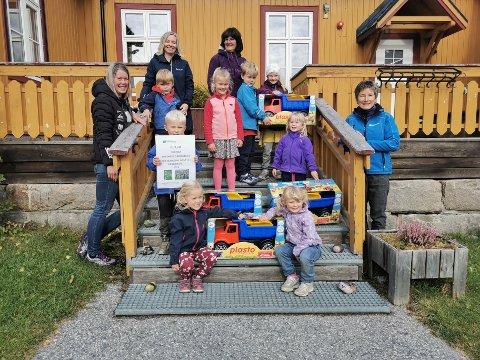 Øverst til venstre: Anne Kristine Ø. Nyiri (styrer), Hanne R. Haugen (barne – og ungdomsarbeider) Neste rad fra venstre: Olav K. Lurås (4 år), Gro B. Steinsrud ( 5 år) Åmund R. Lurås (5 år) Tilde G. Lien (5 år) Neste rad fra venstre: Håvard V. Kristiansen (snart 5 år), Anne Birgit Haukaas (snart 5 år)  Nederste rad fra venstre: Gunvor Lio (4 år) og Kari Johanne Fagerberg (4 år)  Til venstre for trappa: Tone M. Tischbein (pedagogisk leder)  Til høyre for trappa: Ellen Sørby (Astma – og allergiforbundet Østafjells)