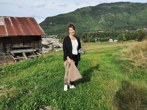 ALLTID TELEFON: Aina Wendelborg jobber som jordmorvakt i Tinn kommune, og går ikke ut av huset uten to telefoner med seg.