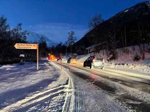 SNØ: På grunn av snø som føyker over veibanen må det kjøres kolonne på Fylkesvei 37 mellom Rjukan og Miland.
