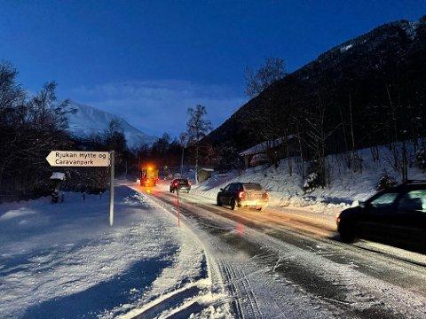 KØER: Det ble lange køer begge veier da snøen føk innover veien og sørget for dårlig sikt mellom Miland og Dale. Nå er strekningen åpen igjen for fri ferdsel.
