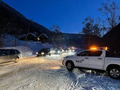 ÅPEN IGJEN: Strekningen er nå åpnet igjen etter at NCC holdte på med kolonnekjøring tirsdag morgen. Snøføyk var årsaken til at bilister måtte geleides trygt videre.