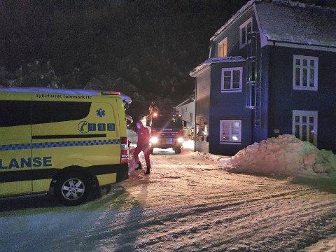 STERK LUKT: Tinn brannvesen rykket ut til Mælandsgate i kveld med stigebilen og tre følgebiler. Ambulanse rykket også ut.