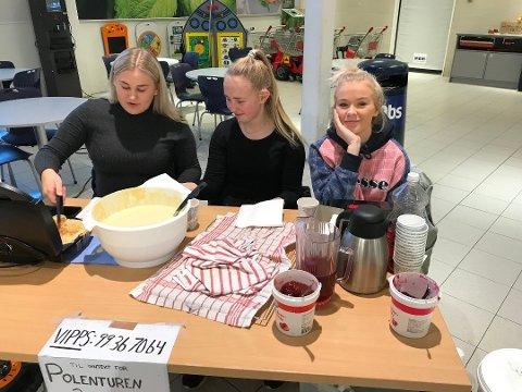 VAFFELSTEKING: Allerede i våres var årets kull i gang med dugnad. Iril Oosterling (til venstre) og Angelica Simonsen betjente vaffelpressa, mens Malin Kvås styrte pengene.