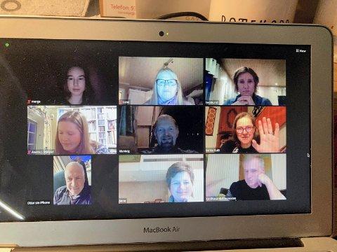 ÅRSMØTE: Digitalt årsmøte hvor deltakerne sitter hjemme ved PC-skjermen. Her er både gjester, avtroppende og påtroppende styremedlemmer.