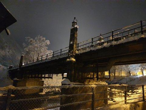 MØRK BRU: Mækandsbrua over til Kirkesvingen har vært mørk i hele vinter på grunn av en alvorlig jordfeil. Derfor er lyset slått av.