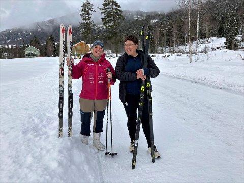 ØNSKER VELKOMMEN: Sonnev Lurås (t.v.) og Åsne Tverberg Fossheim har klargjort skiene for årets tur over fjellet til minne om Snowshoe Thompson. Bak Tinn Montesorriskole ligger husmannsplassen hvor han vokste opp.