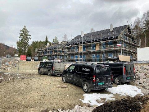 UTSOLGT: Leilighetsprosjektet i Ådalen 4 traff markedet, og idag onsdag ble den siste leiligheten solgt. Slik så det ut på byggetomta i slutten av mars (foto : Hanne Lien)