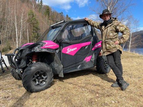 PÅ BESØK: Leif-Einar Lothe er på besøk i Tinn for å spille inn reklamefilm. Med ATV fra Powersport, ble han observert på Vemork av en beboer.