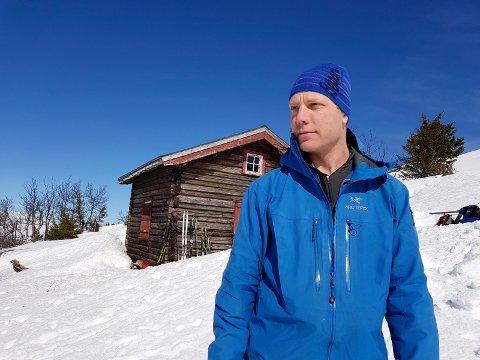 IKKE LETT: Ola Flagstad Bøen er fra Tinn, men flyttet for en del år siden. Han og familien på fem elsker å bruke fridagene i fjellet i Tinn. Nå ønsker de å erstatte den gamle hytta med en ny. Det får de ikke lov til av fylkesmannen.