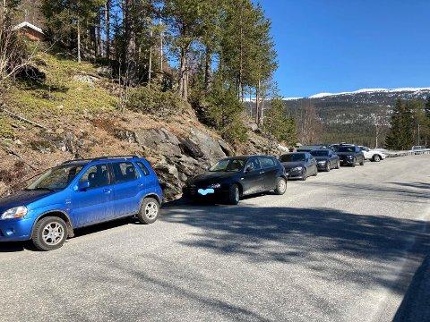 På en fin påskedag er parkeringsplassen ved Gjuvsjå full og det står mange biler langs veien.