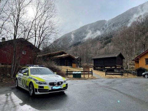 PÅ PLASS: Politiet sjekker forholdene rundt det mulige innbruddet på Rjukan camping og caravanpark