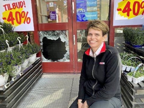 LETTA: Et stygt hull i døra vitner om helgens innbrudd på Spar Atrå. Irene Haugen Gaustad er glad for at kasser og verdier var sikret.