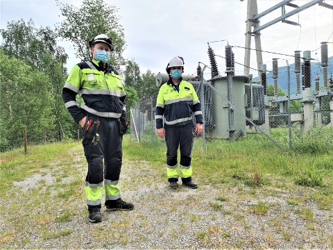 EKSTRAORDINÆRT: Mats Volland Finnekås (t.v.) og Stein Øyvind Bystrøm har nok ikke sett lignende eksplosjon på Rjukan før. John Arild Jakobsen, vedlikeholdslederen ved Hydro Energi, har hørt om et slikt smell kun én gang i løpet av sin 40 år lange karriere.