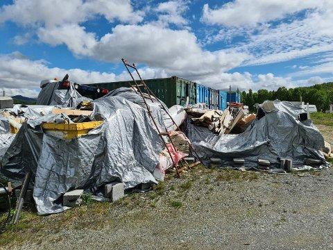 PLAST OG BETONG: Slik ser det ut rett ved en campingplass på Skinnarbu for tiden.