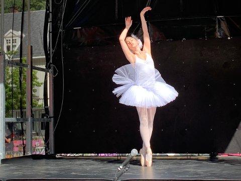 UNG OG LOVENDE: Coppélia Feline Alvefoss (16) har lært seg ballet i Oslo i mange år, og her danser hun svanens død.
