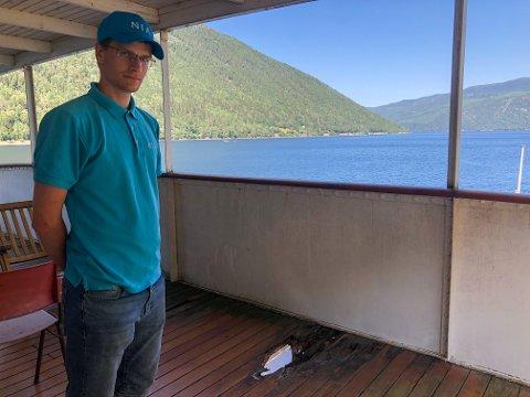 AMMONIA: Sindre Husevold er guide på ferjene i sommer. Her står han ved hullet i øvre dekk. Ledelsen av Rjukanbanen har sperret av denne delen av øvre dekk og forbereder nå tiltak for å utbedre skadene.