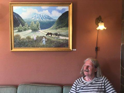 FORELSKET I TINN: Tor Einar Evju ble forelsket i Tinn da han som barn på 60-tallet ble med faren sin til kommunen. Nå stiller han ut maleriene sine av Gaustatoppen på Fjellblikk Cafe.