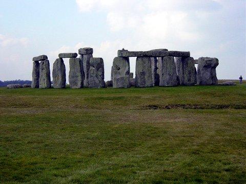 Steinsettingen Stonehenge er atskillig eldre enn syretårnet på Rjukan (foto wikipedia-common)