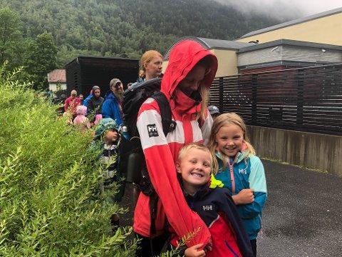 MÅTTE SNU: Sander Flognfeldt, Tine Flognfeldt og Mille Flognfeldt har tatt turen fra hytta for å utnytte regnværsdagen på badelandet. Det samme var planen i går, men da snudde de i døra på grunn av lang ventetid.