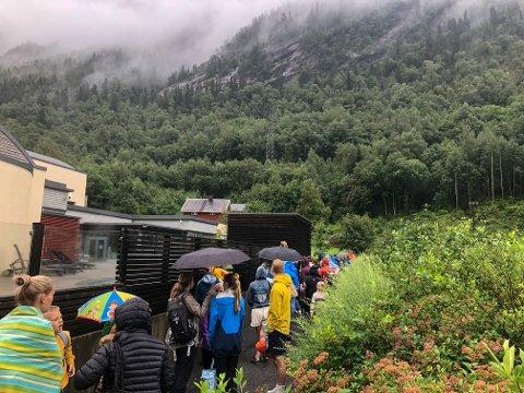 LANG KØ: Rett over åpningstid torsdag formiddag strekker køen til Rjukanbadet seg helt bort til parkeringsplassen.