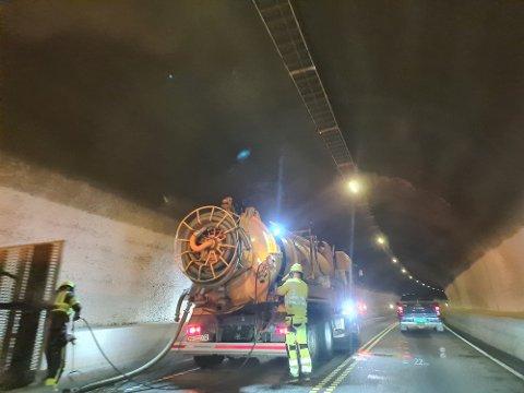 RENS: Nå renses sluk og kummer i tunnelene. Følgebil og dirigering ut dagen. (foto Torfinn Skåttet)