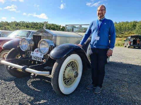 SJELDEN: Øyvind Sagli fra Kristiansund har tatt turen til Rjukan med sin Rolls-Royce Phantom 1. Det ruller ikke mange slike på veien, det ble produsert bare 28 av dem, og dette er den som ble bygget først.
