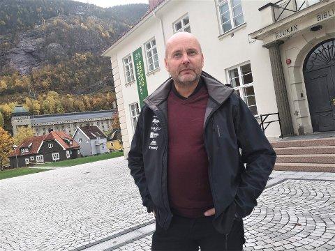 OVERVÅKER SITUASJONEN: Ordfører Steinar Bergsland og smittevernberedskapen i Tinn er på tå hev gjennom hele helga.