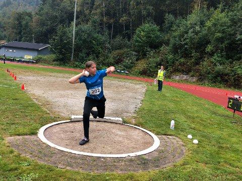 Det ble ikke noe finaleplass i verken diskos eller kule for Iben Skov Våer (13) i dag, men i morgen er målet pallplass i slegge.