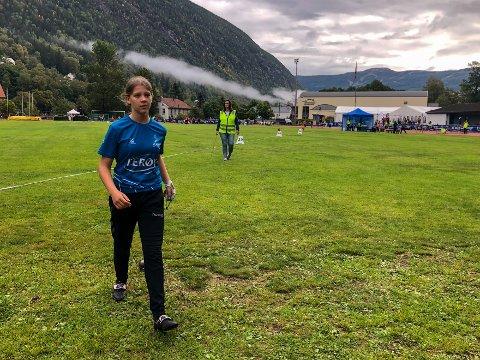 SKUFFET: Iben Skov Våer (14) hadde lenge gledet seg til slegge - favorittøvelsen. Målet var pallplass, men det ble en kjip fjerdeplass.